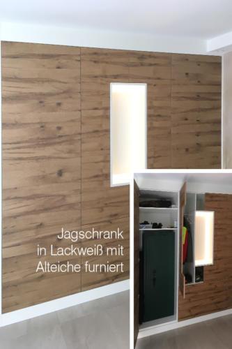 Jagschrank-in-Lackweiss-mit-Alteiche-furniert