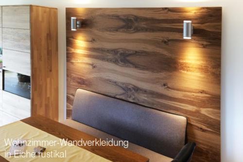 Wohnzimmer-Wandverkleidung-in-Eiche-rustikal